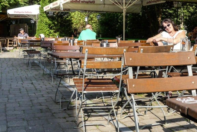 Waldgasthaus Krummbachtal - Sandy chillt im Biergarten