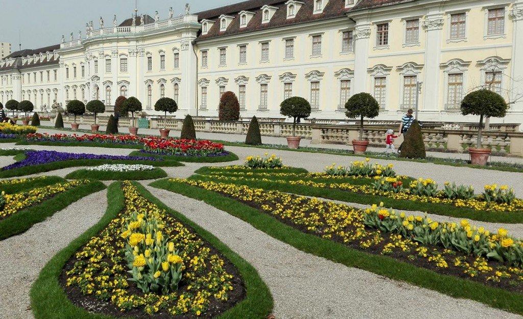Das Residenzschloss Ludwigsburg ,mit erster Blütenpracht