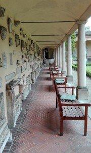 Das Lapidarium in Stuttgart - Wandelgang mit Sitzgelegenheiten