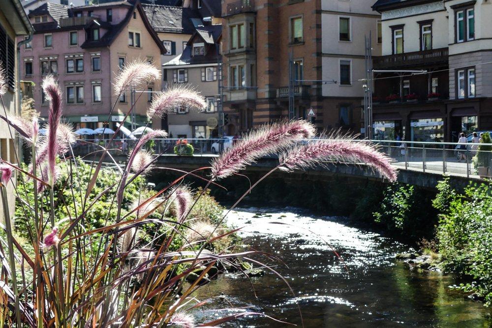 Bad Wildbad im Schwarzwald: der Ortskern entlang der Enz