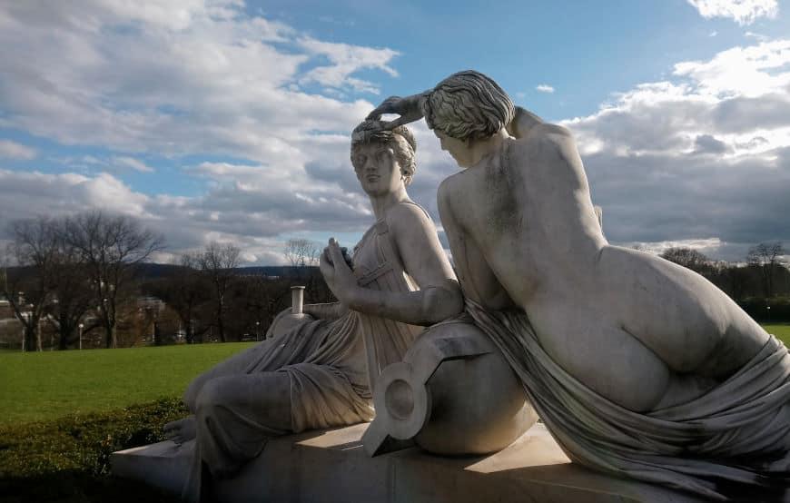 Grünes U in Stuttgart - Nymphen beim Rosensteinmuseum im Rosensteinpark