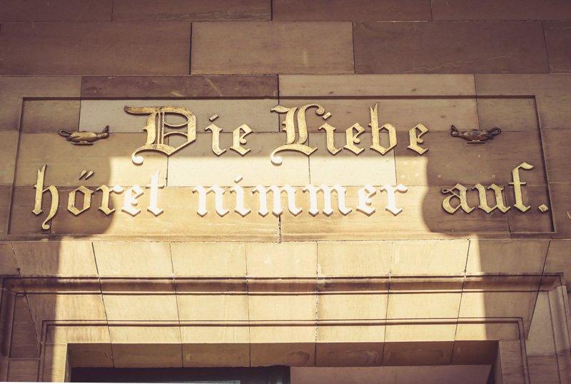 Weinwanderweg in Stuttgart - Inschrift über dem Eingang der Grabkapelle auf dem Württemberg