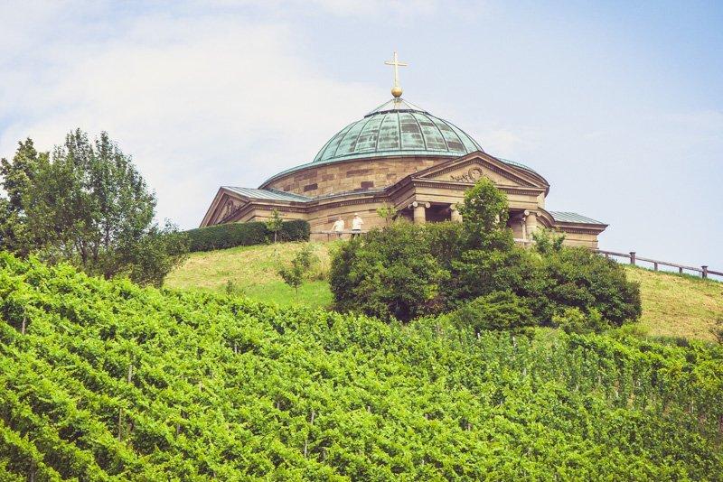 Weinwanderweg in Stuttgart - die Grabkapelle auf dem Württemberg von Untertürkheim aus-1