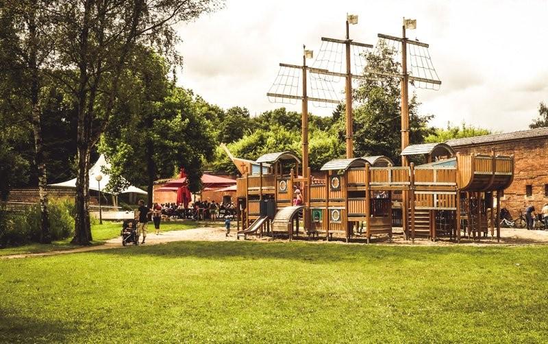 Der-Barfüßer-Biergarten-im-Glacis-Neu-Ulm-cooles-Piratschiff-für-Kids-zum-Rumtoben-2