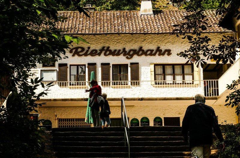Die-Rietburgbahn-Edenkoben-mit-Gastronomie-an-der-Talstation-1