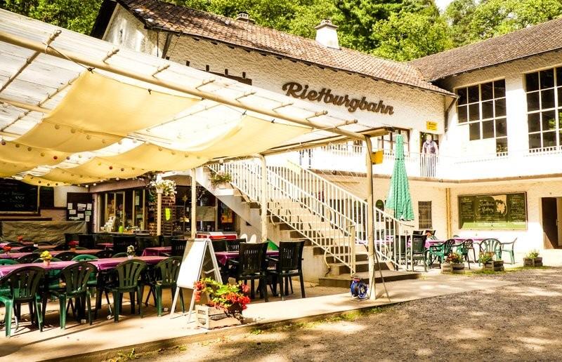 Die-Rietburgbahn-Edenkoben-mit-Gastronomie-an-der-Talstation-Außenbestuhlung-1