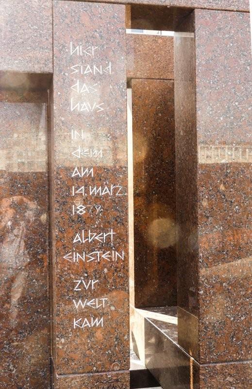 Das-Albert-Einstein-Geburtshaus-Denkmal-mit-Inschrift-1