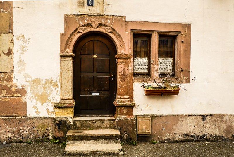 Wissembourg - Frankreich Elsass - Eingang mit viel Patina