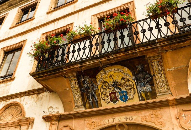 Wissembourg in Frankreich im Elsass - das Maison Vogelsberger mit Renaissance-Fassade und handgemaltem Wappen