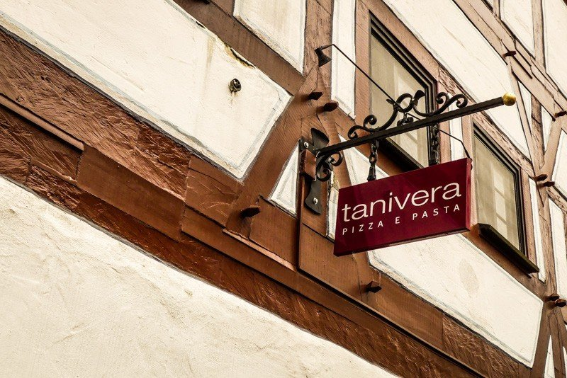 Tanivera-in-Ulm-Pizza-e-Pasta-Stechschild-über-dem-Eingang-1
