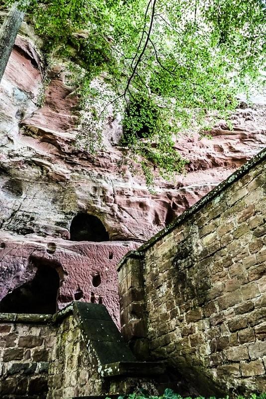 Burg-Berwartstein-Pfalz-bei-Erlenbach-Blick-auf-den-mittelalterlichen-Aufzug-1