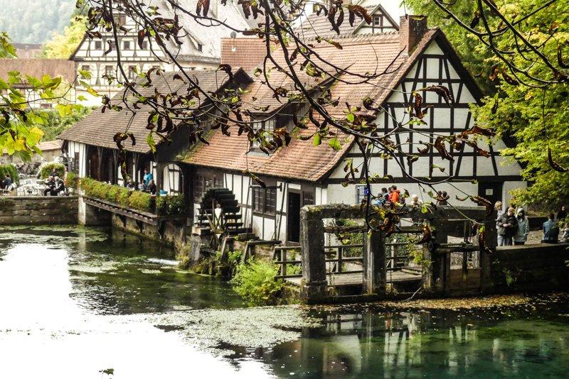 Der Blautopf in Blaubeuren - Blick auf das Hammerschmiede-Museum