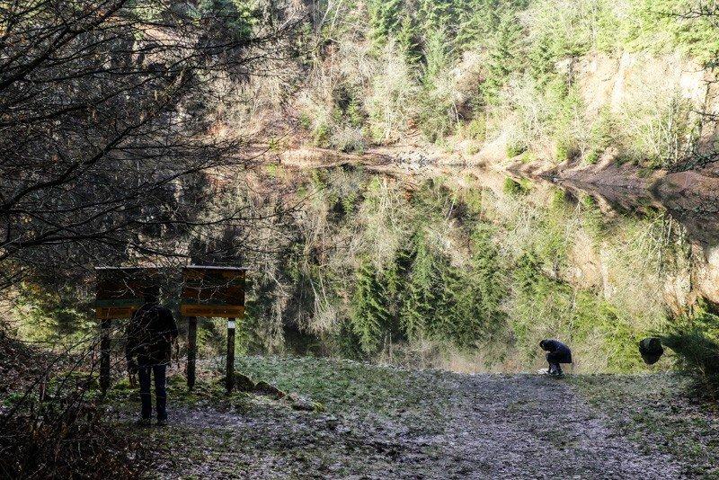 Der-Vulkan-Katzenbuckel-im-Neckar-Oldenwaldkreis-Der-Steinbruchsee-als-Kleinidylle-1