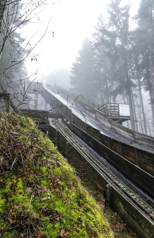 Der-Vulkan-Katzenbuckel-im-Neckar-Oldenwaldkreis-Mattensprungschanze-am-Hang-1