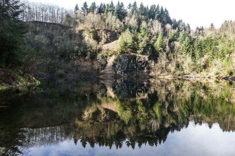 Der Vulkan Katzenbuckel im Neckar-Oldenwaldkreis - Spiegelbild im Steinbruchsee-1