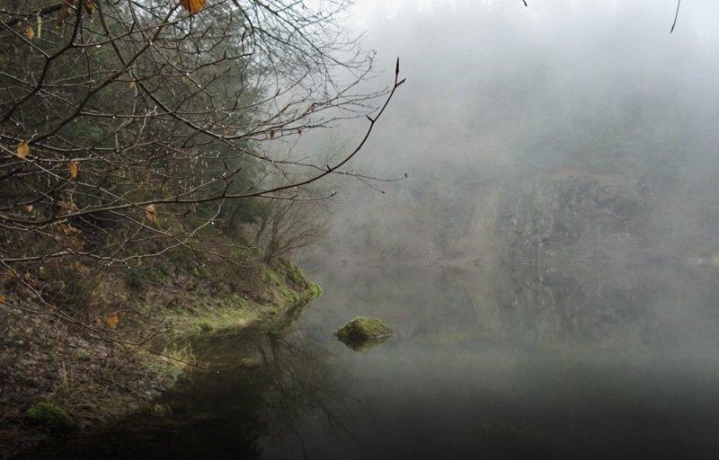 Der Vulkan Katzenbuckel im Neckar-Oldenwaldkreis - der Steinbruchsee im Nebel