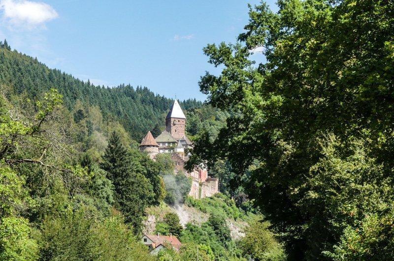 Der Vulkan Katzenbuckel im Neckar-Oldenwaldkreis - die Zwingenburg hoch über Zwingenberg