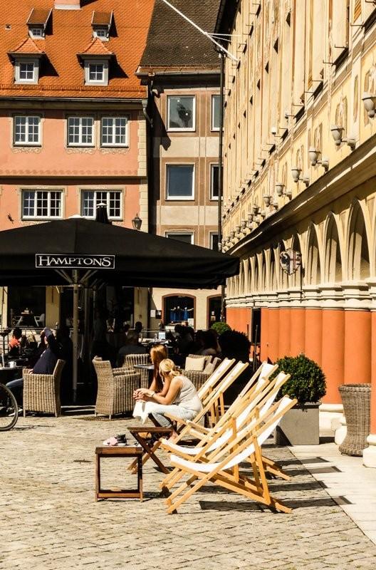 Cafe-und-Bar-das-Hamptons-in-Memmingen-Relaxen-in-den-Sonnenstühlen-1
