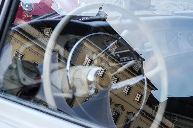 Retro-Classics-meets-barock-Oldtimer-mit-Spiegelung-im-Fenster-1-von-1
