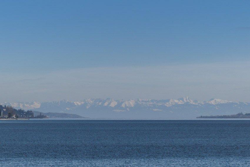 Bodman-Ludwigshafen am Bodensee - Blick in Richtung schneebedeckter Berge - ganz links der Pfänder