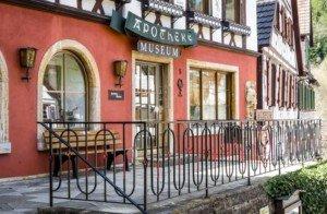 Direkt am wunderschönen Marktplatz: das Apothekenmuseum in Schiltau