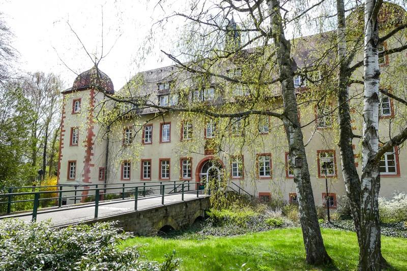 Das-Wasserschloss-Oberdingen-Flehingen-Seitenansischt-mit-ehemaligem-Burggraben