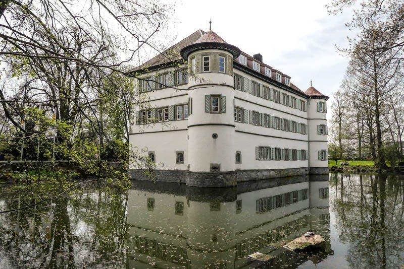 Das-Wasserschloss-in-Bad-Rappenau-Sehenswürdigkeit-Diagonalperspektive-mit-Wassergraben