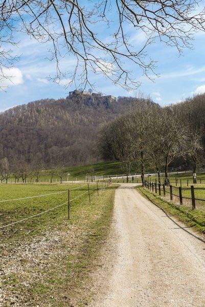 Gütersteiner Wasserfall - die Ruine Hohenurach im Blick