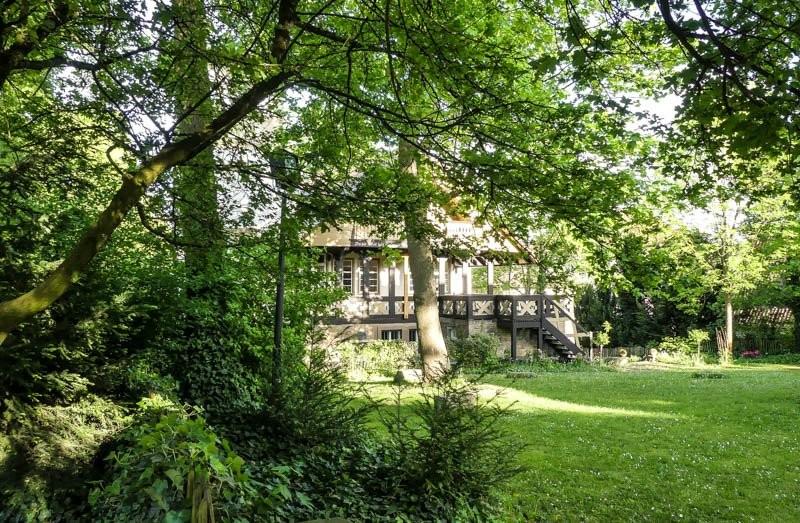Das-Kernerhaus-in-Weinsberg-der-Anbau-im-Stil-eines-Schweizer-Hauses-in-der-Gartenansicht