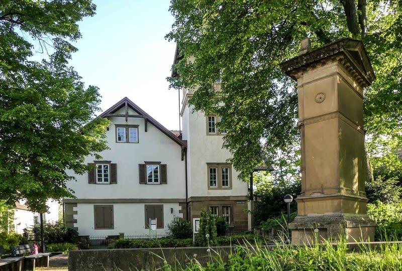 Das-Kernerhaus-in-Weinsberg-im-Vordergrund-das-Kernerdenkmal