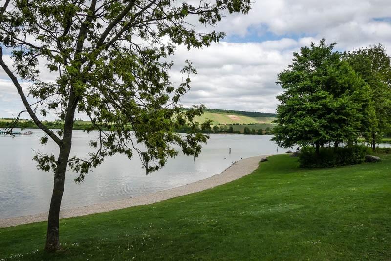 Der-Breitenauer-See-Naherholungsgebiet-und-Badesee-gepflegter-Uferabschnitt