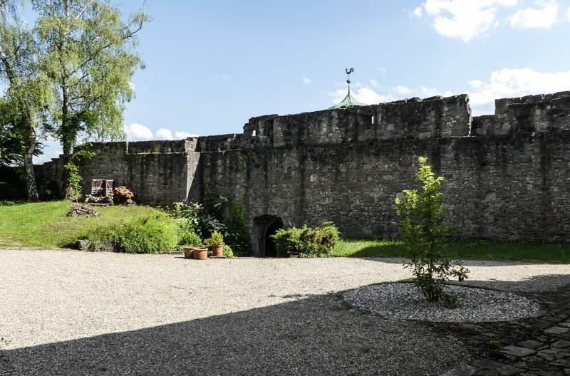 Die-Burg-Maienfels-bei-Wüstenrot-Blick-auf-die-Burgmauer