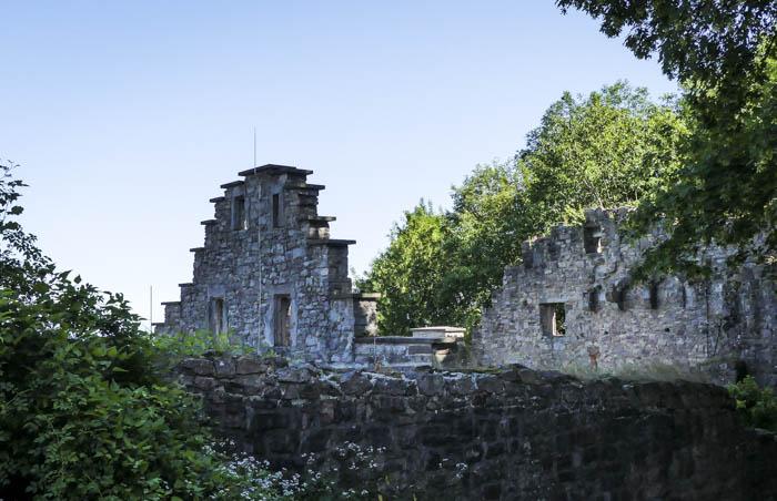 Altes-Schloss-Hohenbade-bei-Baden-Baden-das-Restaurant-Fidelitas-Ruinenausschnitt-1-von-1