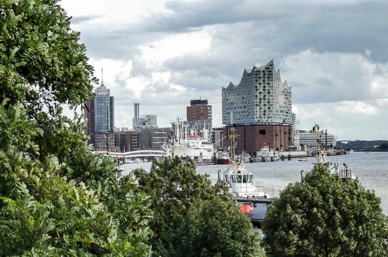 Der-Park-Fiction-in-Hamburg-Blick-auf-die-Elbphilharmonie