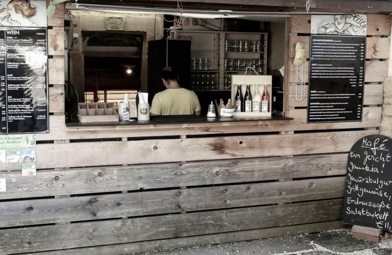 Krone-Alt-Hoheneck-bei-Ludwigsburg-der-Sommerbiergarten-mit-kleiner-Küche
