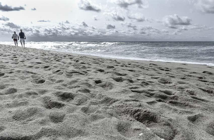Sylt - Uferpromenade Westerland - Berfuß durch den Sand