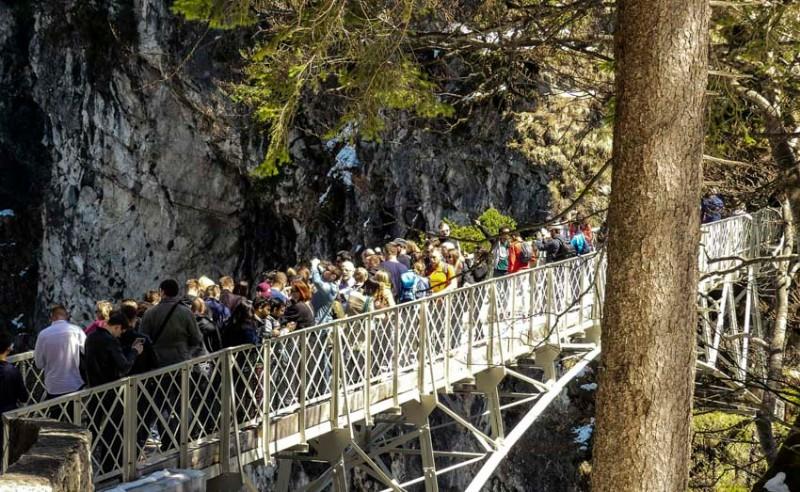 Die-Marienbrücke-bei-Füssen-hinter-dem-Schloss-Neu-Schwanstein-gut-besuchter-Hotspot