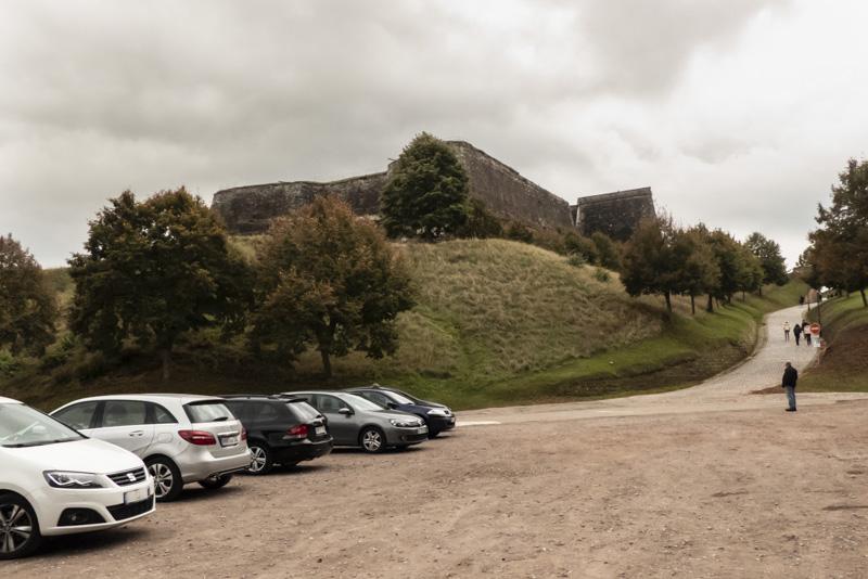 Die Zitadelle von Bitsch - Blick vom Parkplatz auf die Festung