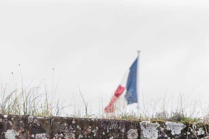 Die Zitadelle von Bitsch - die französische Flagge auf der Festung
