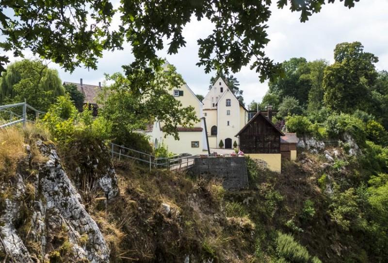 Ruine-Falkenstein-Eselsburger-Tal-renovierte-Gebäude-der-einstigen-Vorburg