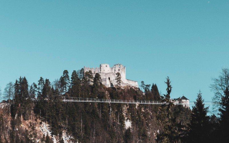 Die-Burgruine-Ehrenberg-bei-Reutte-mit-Sicht-auf-die-Hängebrücke-Highline-179-1150837