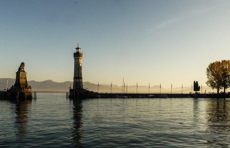 Sonnenuntergang-am-Hafen-von-Lindau-mit-bayerischem-Löwe-und-Leuchtturm-1