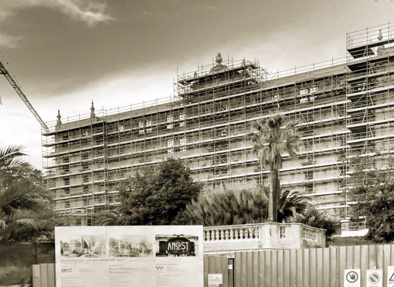 Hotel Angst Bordighera - Italien - eine Legende an der Mittelmehrküste - Frontansicht mit Gerüst