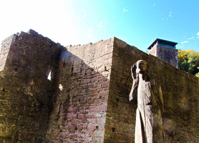Vier Burgen Tour Neckarsteinach - Hinterburg - Holzkunst neben der Ruine