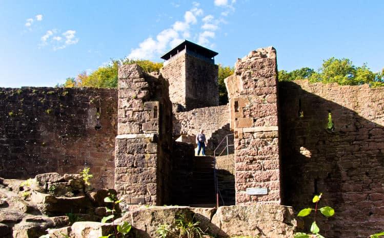 Vier-Burgen-Tour-Neckarsteinach-die-Hinterburg-Blick-auf-den-Eingang