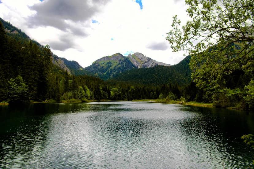 Bei Halblech wandern - Ammergauer Alpen - den Moment der Stille am Ufer genießen