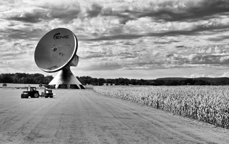 Erdfunkstelle Raisting - ein Bauer bei der Arbeit mit futuristischem Background