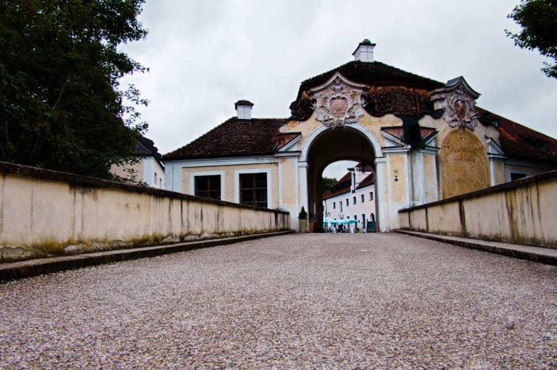 Schloss Seefeld am Pilsensee - der pompöse Torbogen von außen betrachtet