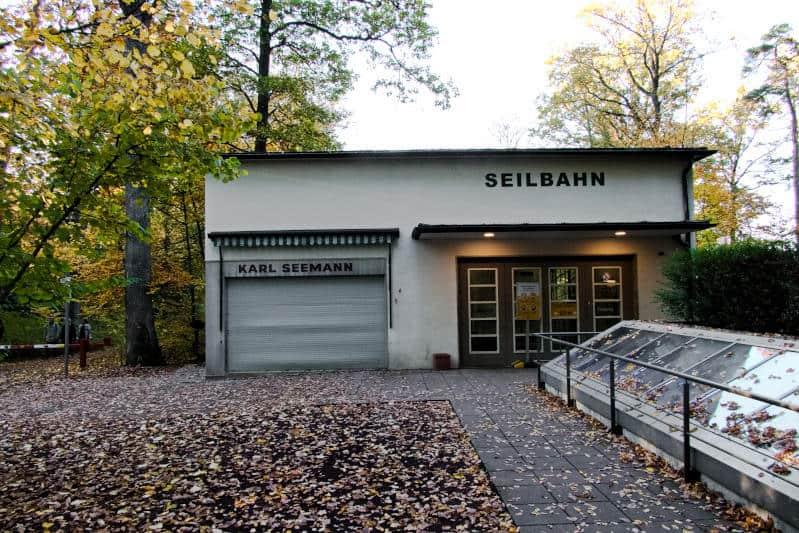 Standseilbahn Stuttgart - die von außen unscheinbare Haltestelle am Waldfriedhof